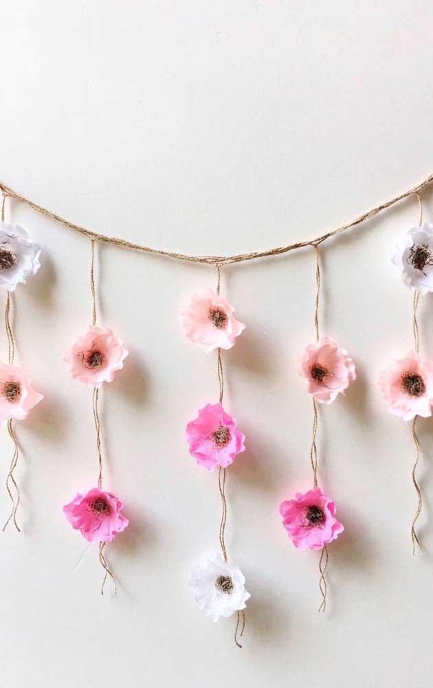 Linda cortininha de flores de papel crepom; destaque para as cores suaves usadas na decoração