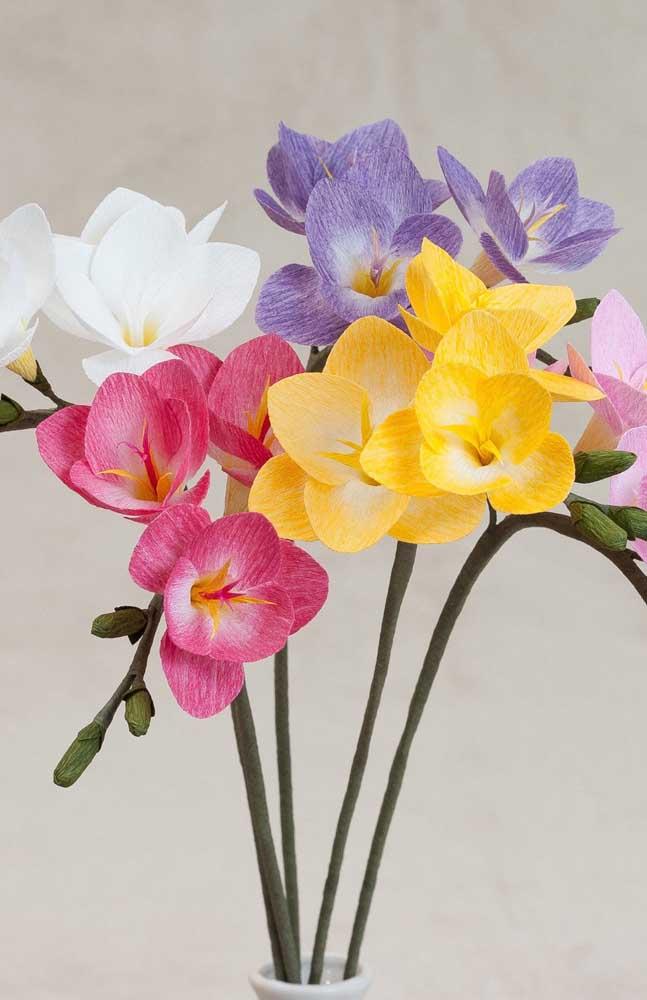 Orquídeas coloridas feitas de papel crepom para decoração da casa