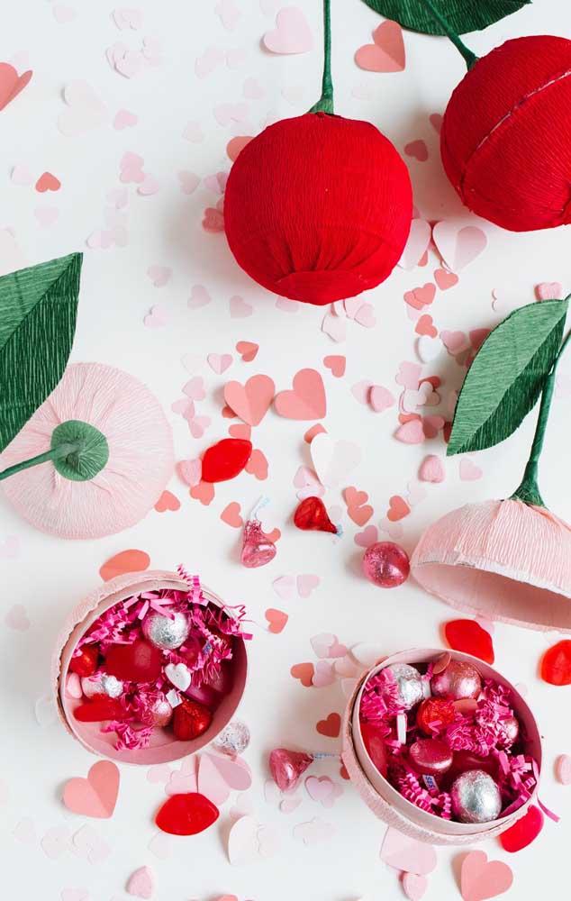 Tulipas surpresas: essas flores de papel crepom guardam bombons em seu interior