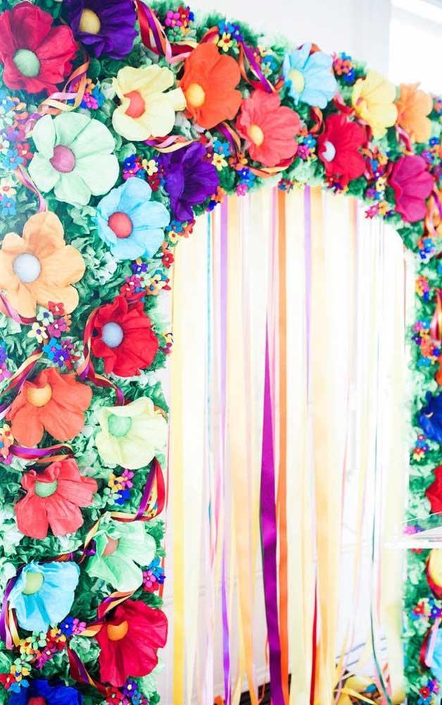 Linda inspiração de arco de flores de papel para ser colocada junto ao painel principal da festa