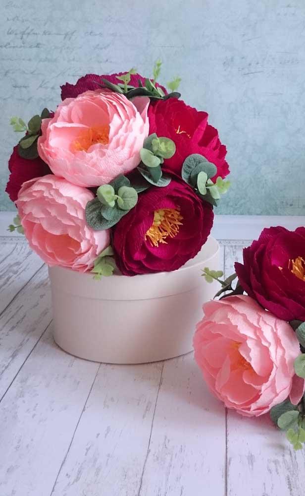 Peônias de papel crepom; é possível reproduzir quase todo tipo de flor com o papel