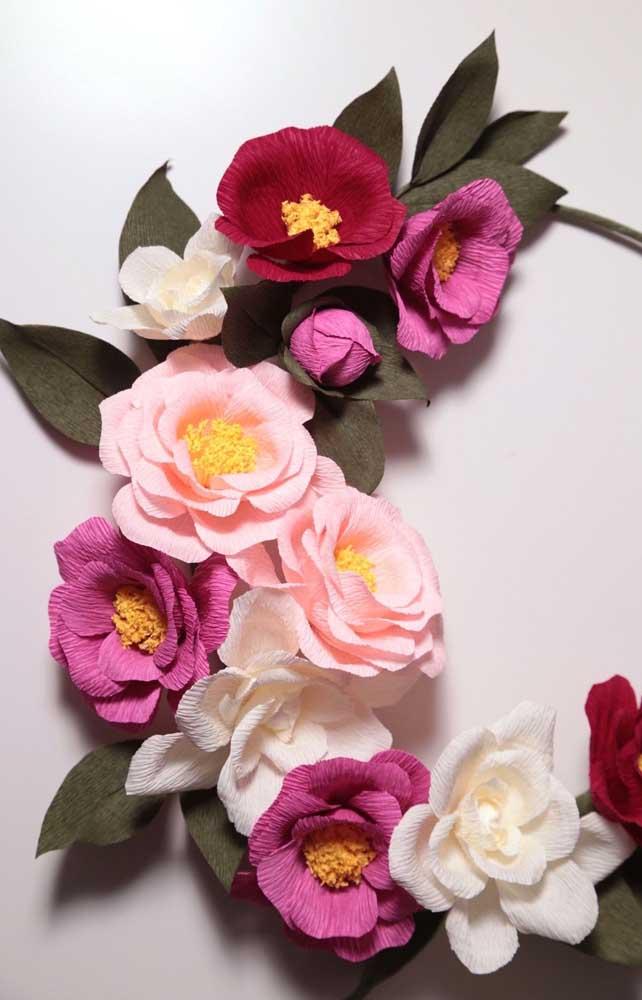 Arranjo lindo de flores coloridas para cabelo feitas em papel crepom