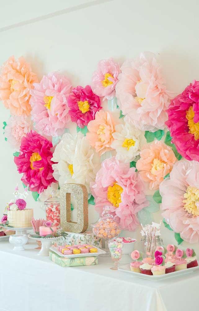 Festa de aniversário infantil decorada com flores de papel crepom gigantes