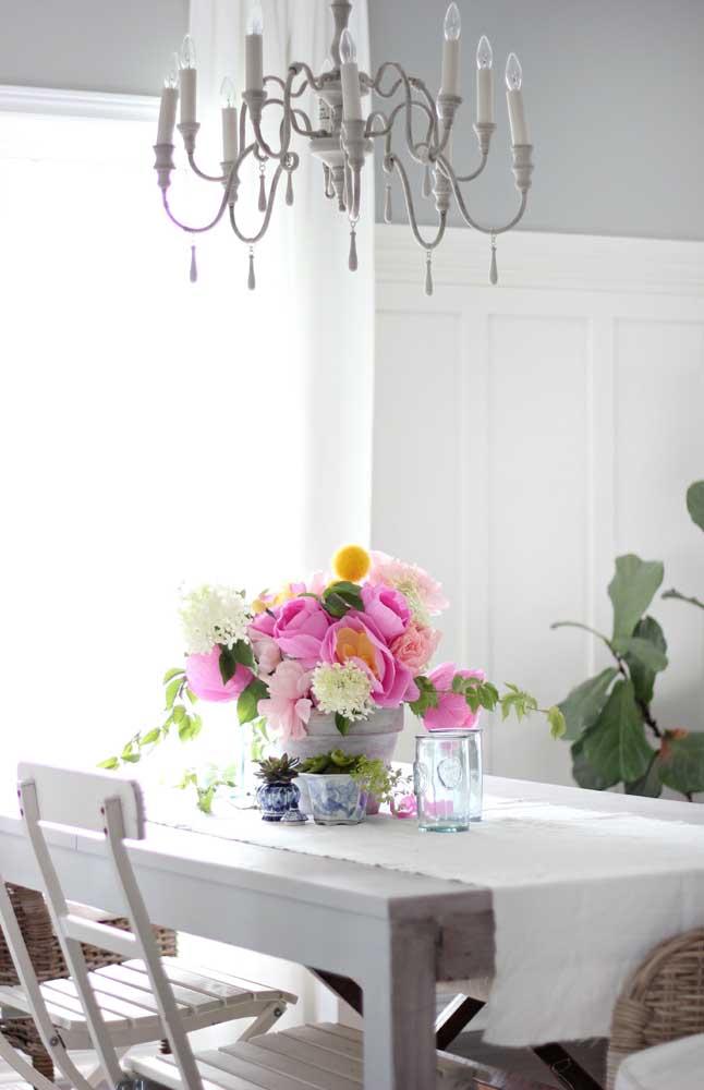 Para decorar o centro da mesa de jantar, foi escolhido esse arranjo de flores delicadas feitas em papel crepom