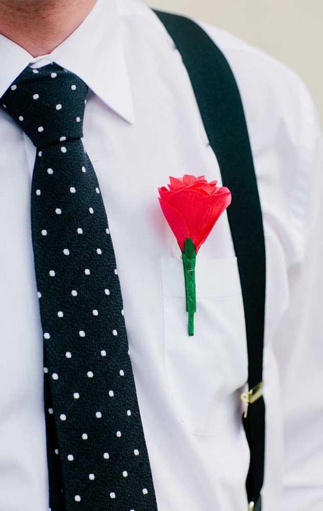 Flor para a lapela do noivo feita em papel crepom, será que o buquê da noiva acompanha essa ideia?