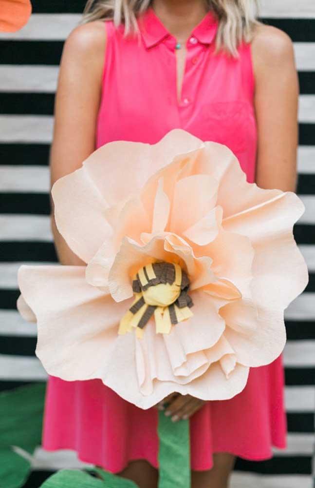 Um modelo gigante de flor de papel crepom para arrasar na decoração da festa