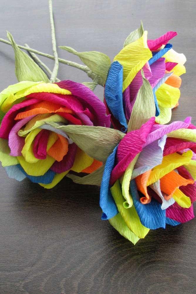 Que linda e criativa essa ideia! Flores de papel crepom com pétalas coloridas