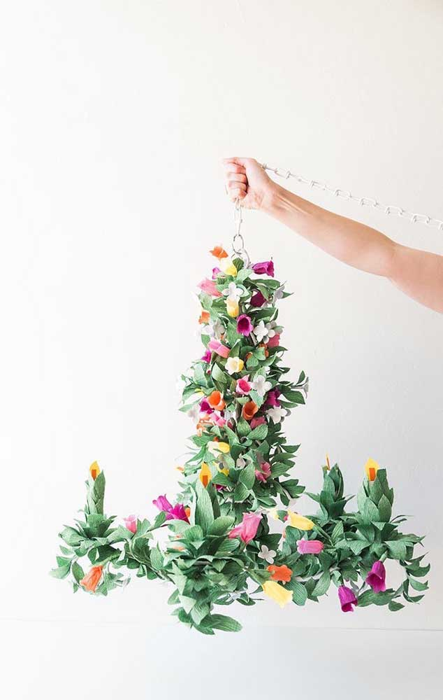 Inspiração de um arranjo aéreo feito com flores de papel crepom e folhagens; perfeito para festas mais rústicas