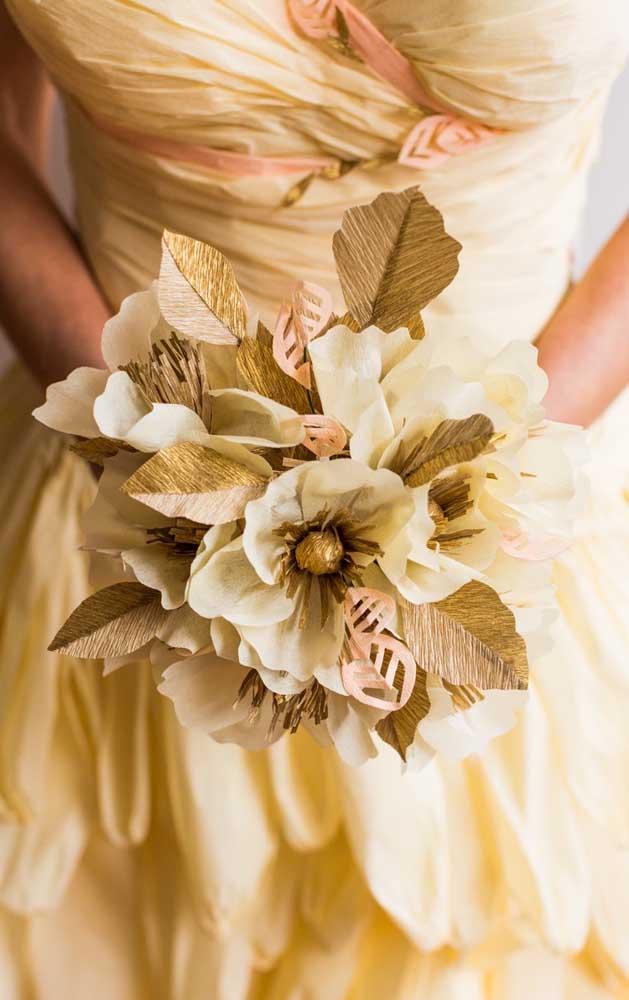 Buque de flores douradas feito em papel crepom; perfeito para noivas e damas de honra