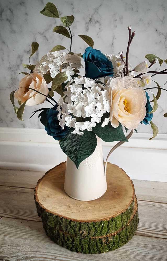 Flores de papel crepom compõe esse arranjo rústico e com ares de campo