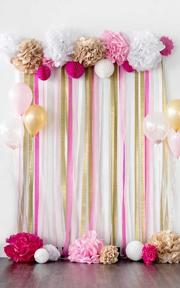 Painel para aniversário com fitas e flores de papel crepom