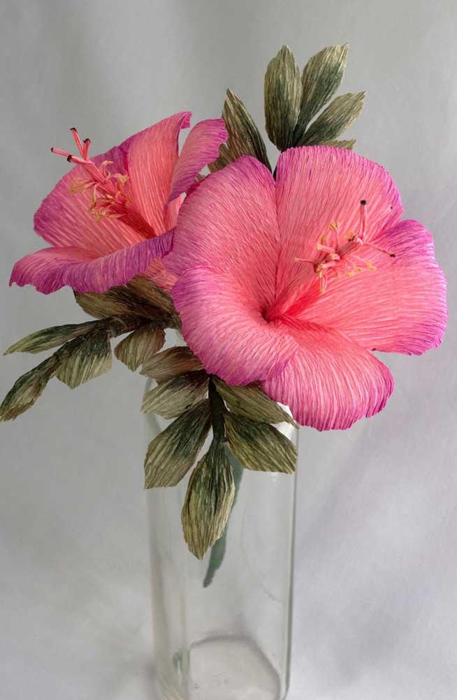 O destaque aqui são os hibiscos feitos com flores de papel crepom