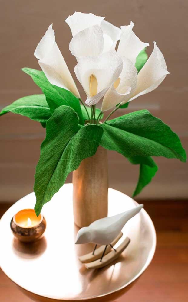 Que tal decorar a mesa lateral da sala com copos de leite feitos em pape crepom?