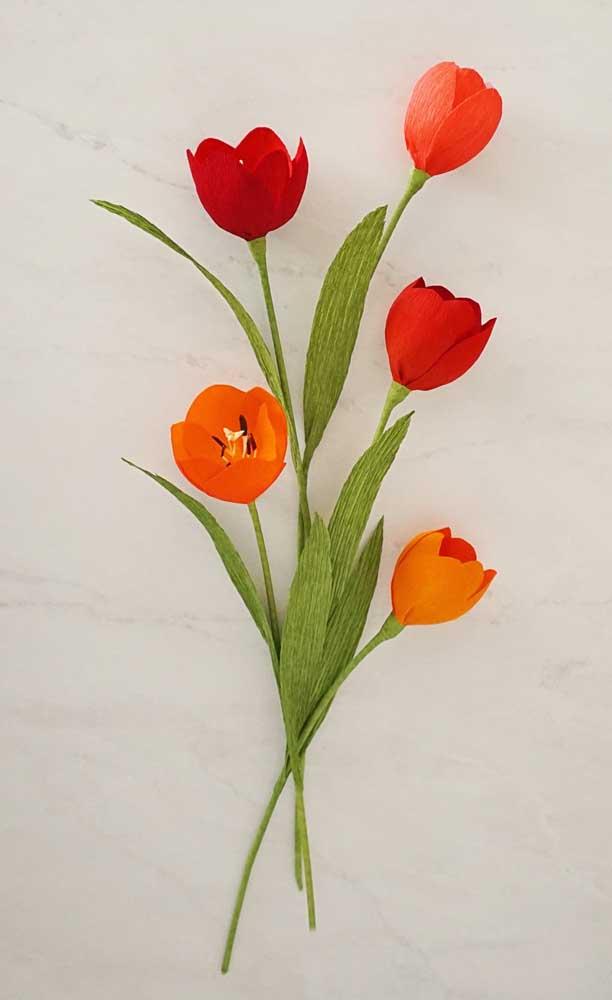 Pequenas tulipas feitas de papel crepom para criar um arranjo de flores delicado