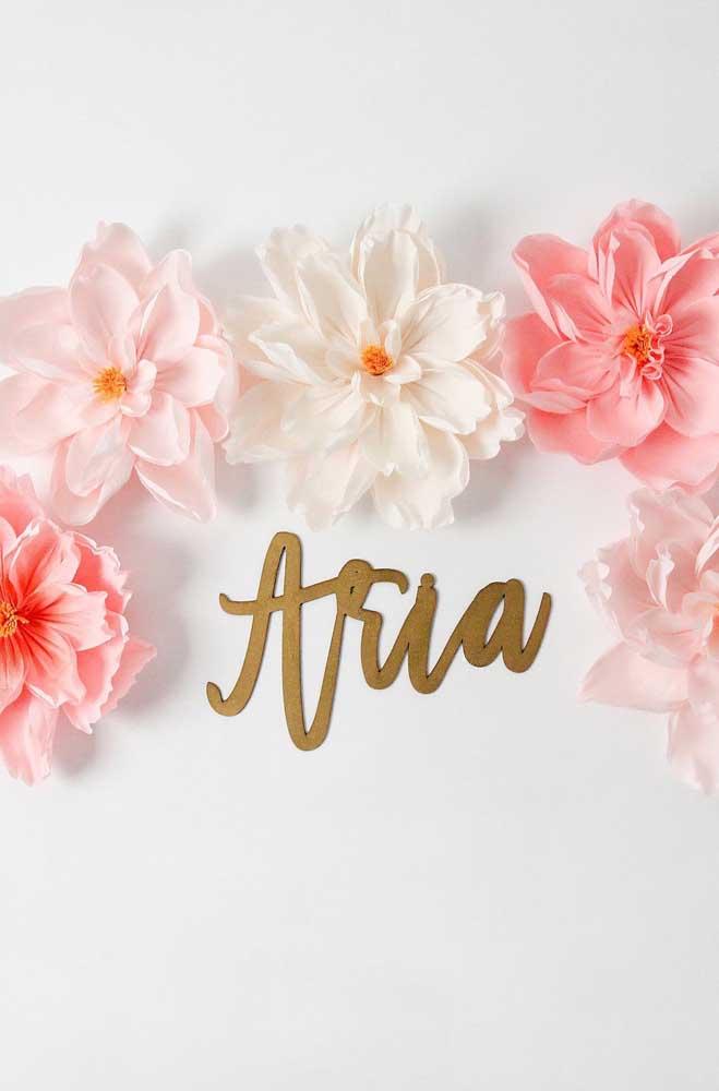 Flores de papel crepom para decorar painel ou parede de aniversário com tema mais minimalista e delicado