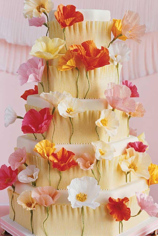 Que ideia inusitada! Aqui, bolo e flores são feitos em papel crepom