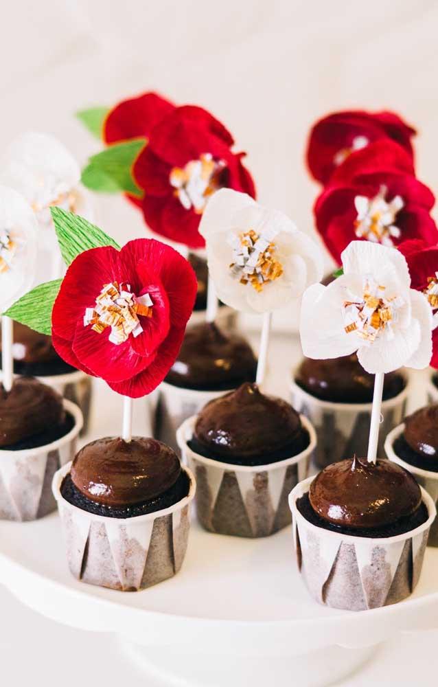 As flores de papel crepom também podem render uma bela decoração para os cupcakes da festa