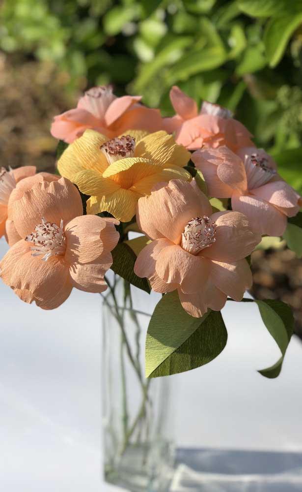 Sugestão de arranjo com flores de papel crepom em tons terrosos