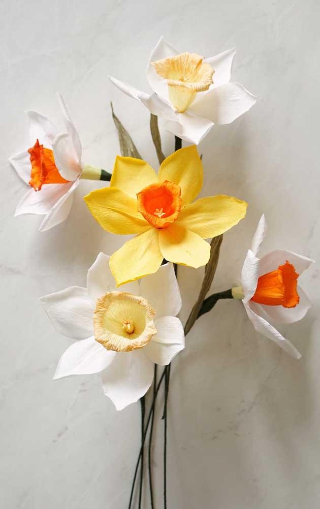 Flores pequenas de papel crepom, perfeitas para compor um arranjo delicado e com cores alegres