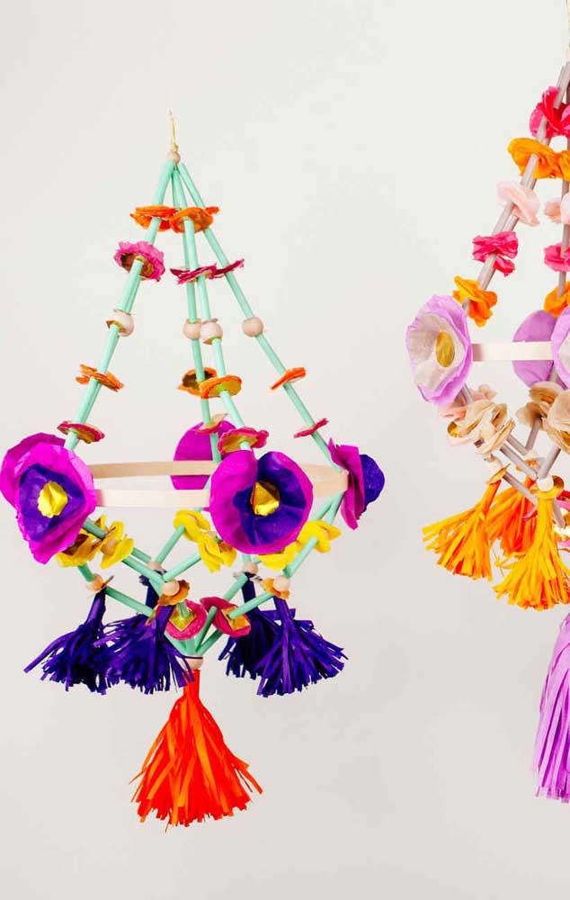 Enfeites aéreos com detalhes coloridos e flores de papel crepom