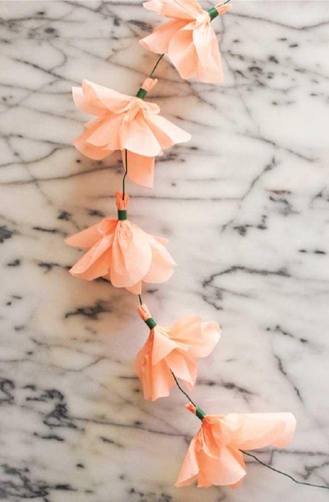 Varalzinho com flores de papel crepom em tom de rosa bem claro