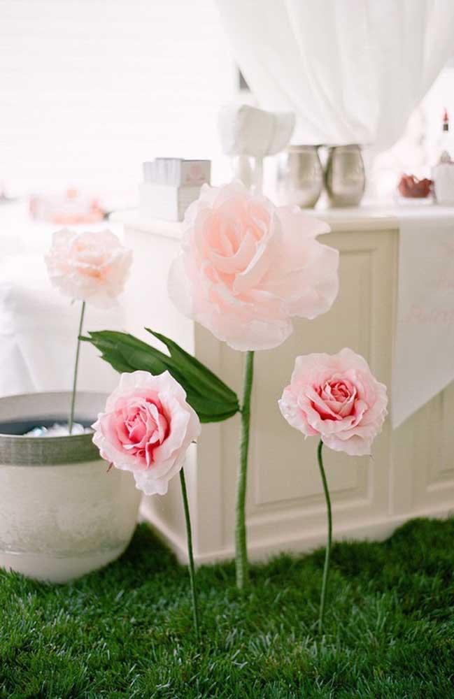 Decoração de festa com flores de papel crepom simulando um jardim