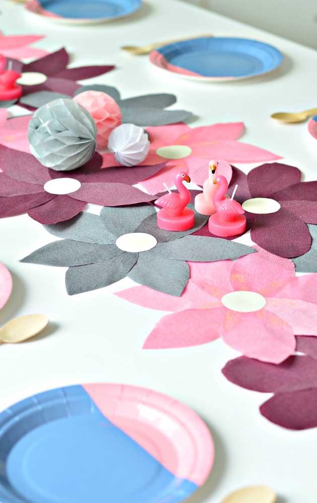 Inspiração de recortes de flores em formatos diferentes para enfeitar o centro da mesa