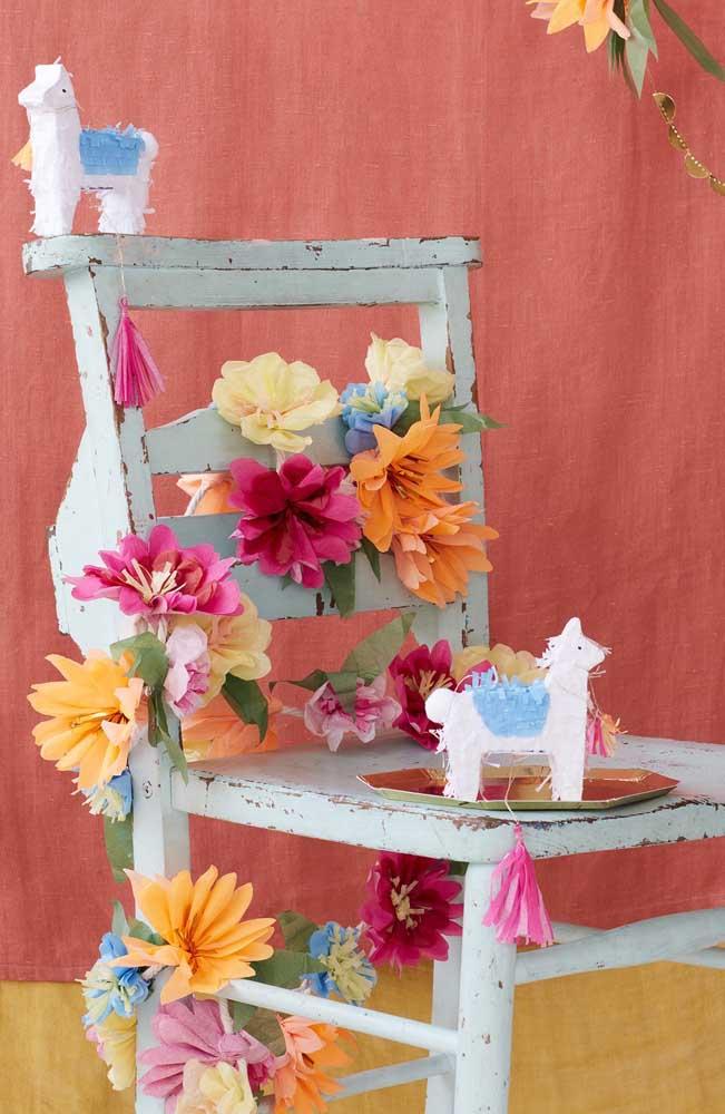 Aquele espacinho lindo da festa ideal para fotos incríveis, decorado com flores de papel crepom
