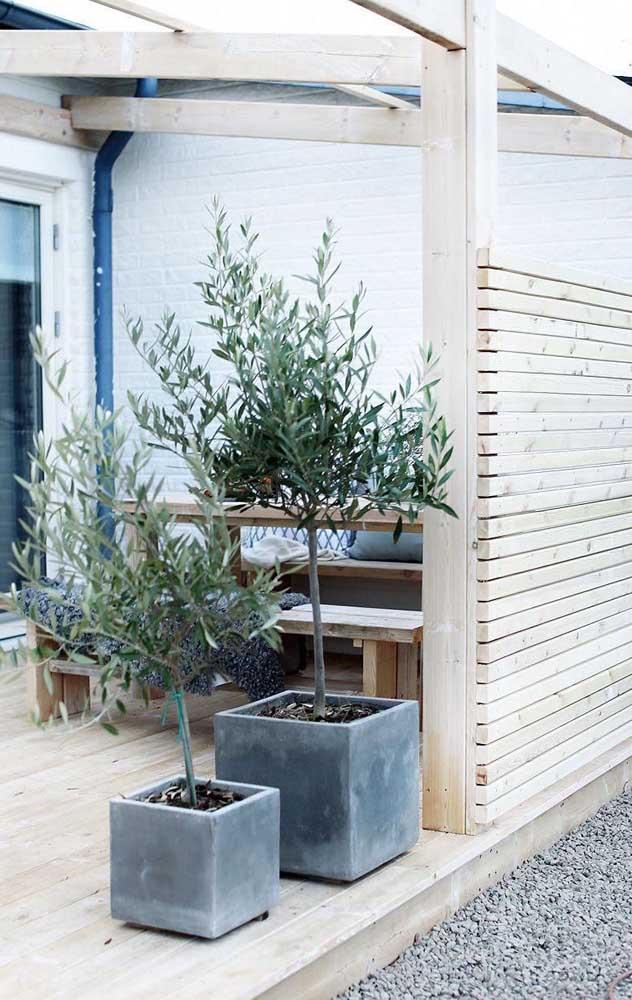 Nessa inspiração, a cerca fechada e alta garantiu a privacidade da varanda de decoração rústica