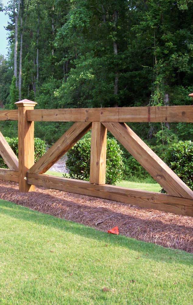 Exemplo de cerca de madeira ideal para chácaras, sítios e espaços rurais, com ripas de espessura mais grossa