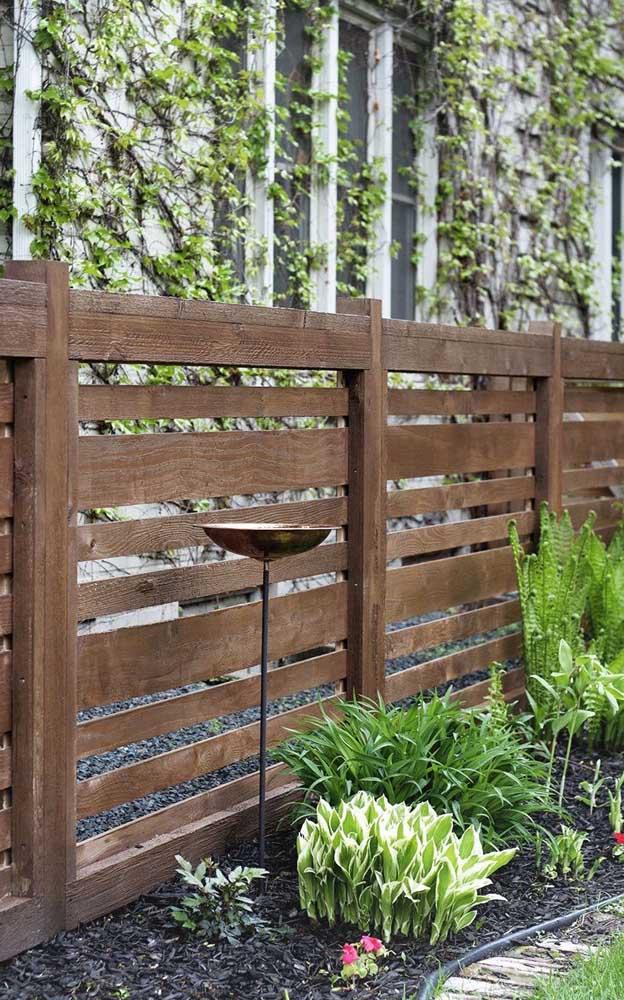 Cerca de madeira para o jardim em modelo simples e bem finalizado, com ripas de tamanhos diferentes para personalizar o projeto
