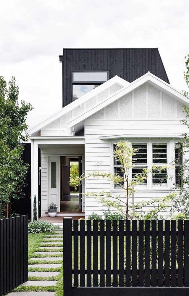 Essa cerca de madeira baixa combinou perfeitamente com o estilo minimalista e confortável da casa