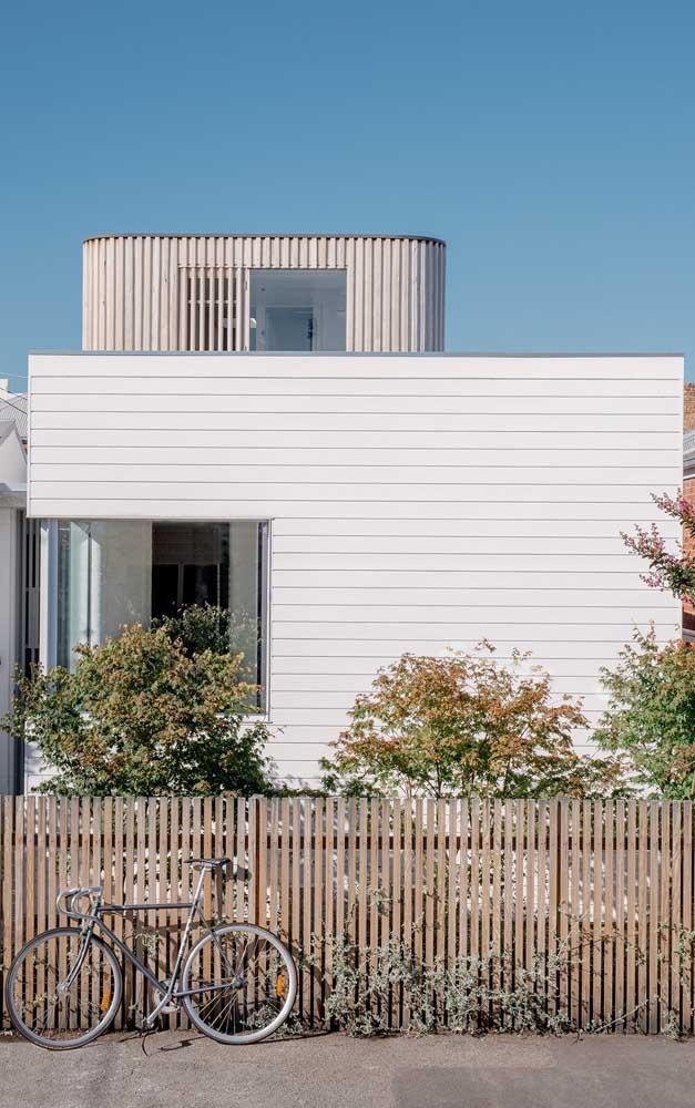Modelo de cerca de madeira simples para a fachada da casa, feita em altura menor e com espaçamento pequeno entre as ripas