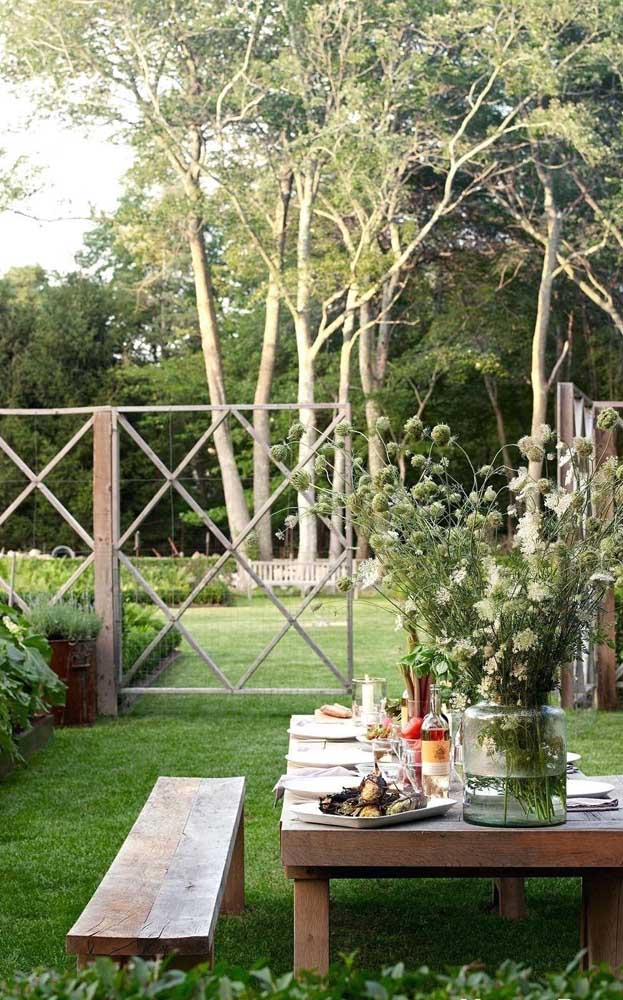 Modelo de cerca de madeira irreverente e super bonito, ideal para jardim e áreas abertas