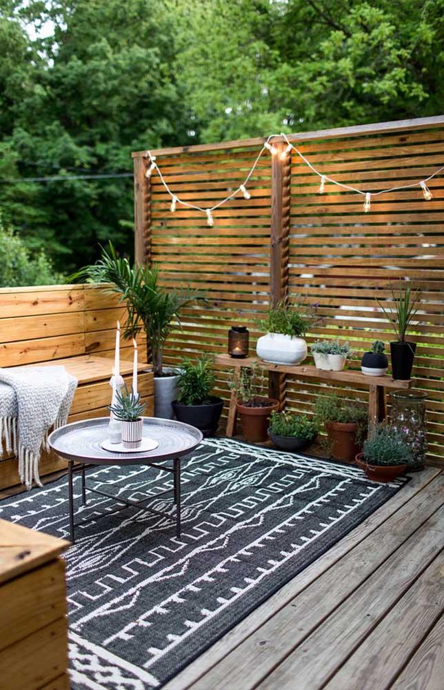 Esse cantinho perfeito para receber amigos em uma noite de verão ficou rústico e acolhedor com a cerca de madeira