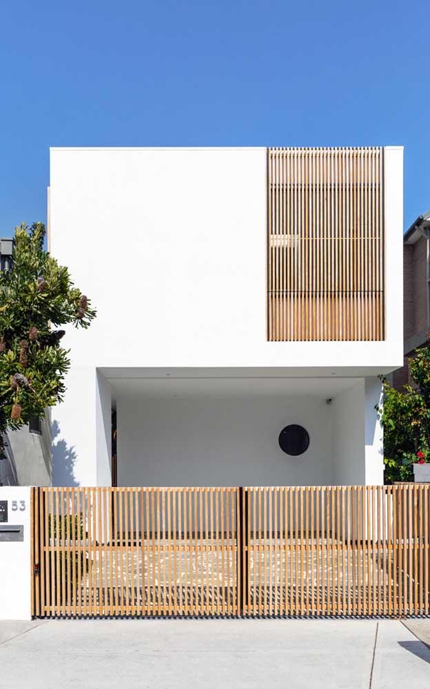 A cerca de madeira na fachada combinou perfeitamente com o detalhe no andar superior da casa