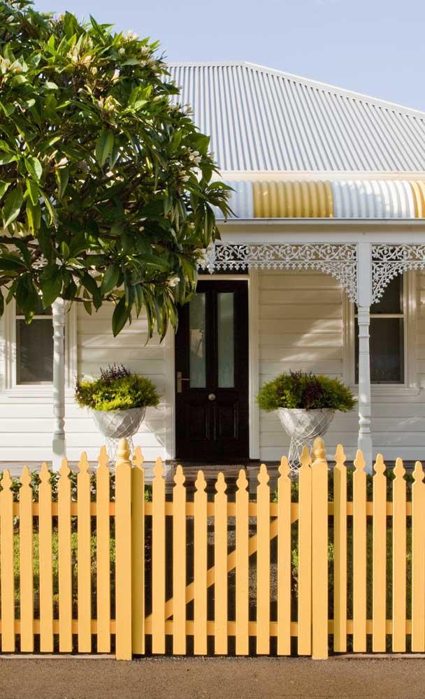 A cerca de madeira dessa fachada complementou o visual romântico da residência