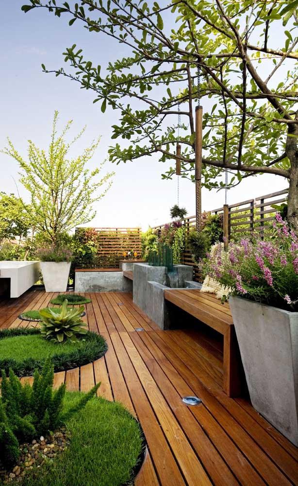 Essa cerca de madeira simples e delicada combinou muito bem com o estilo da varanda aberta, com o piso e os detalhes nos bancos