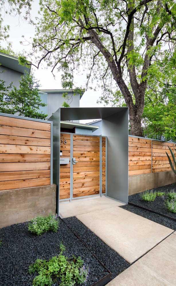 Fachada com cerca de madeira de pinus e estrutura em ferro; destaque para o contraste entre o rústico e o contemporâneo
