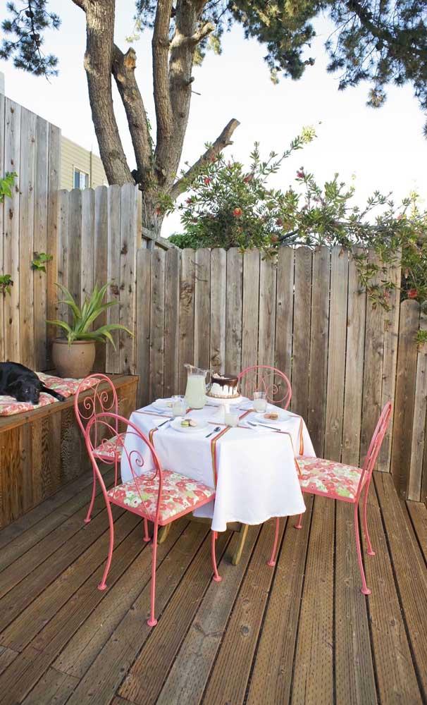 Um espaço super convidativo adornado pela cerca de madeira rústica