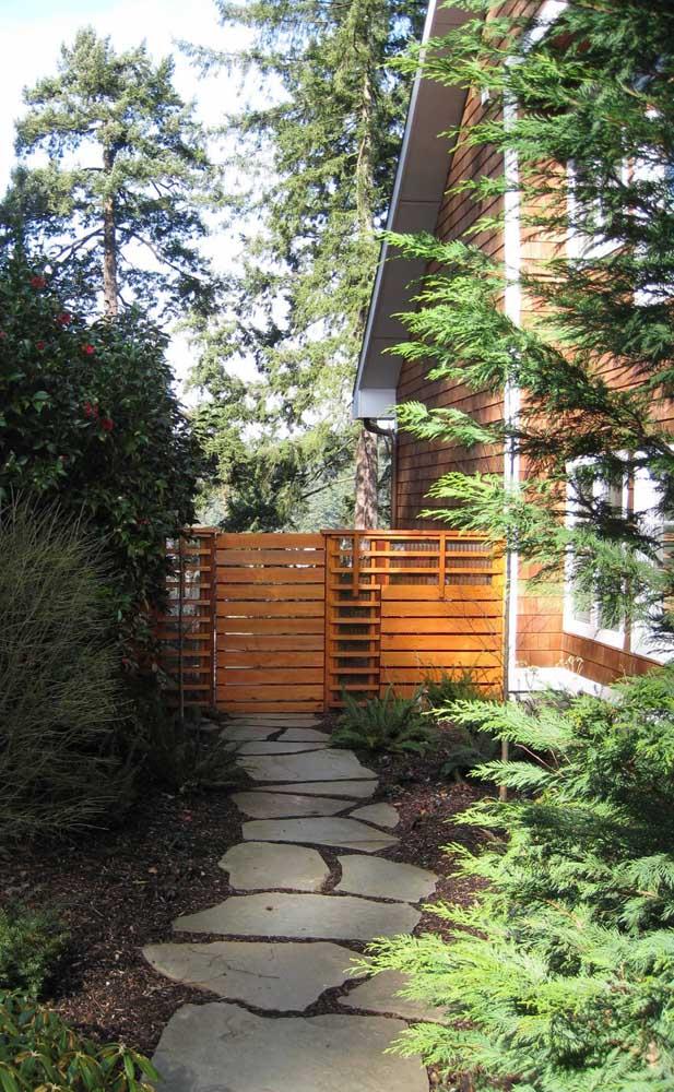 Modelo de cerca de madeira baixa dando acesso aos fundos da casa rústica