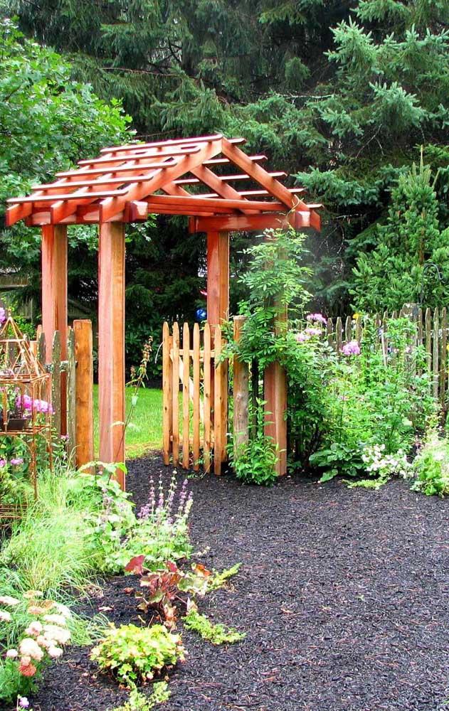 Cerca de madeira com portão na entrada dessa casa de campo florida