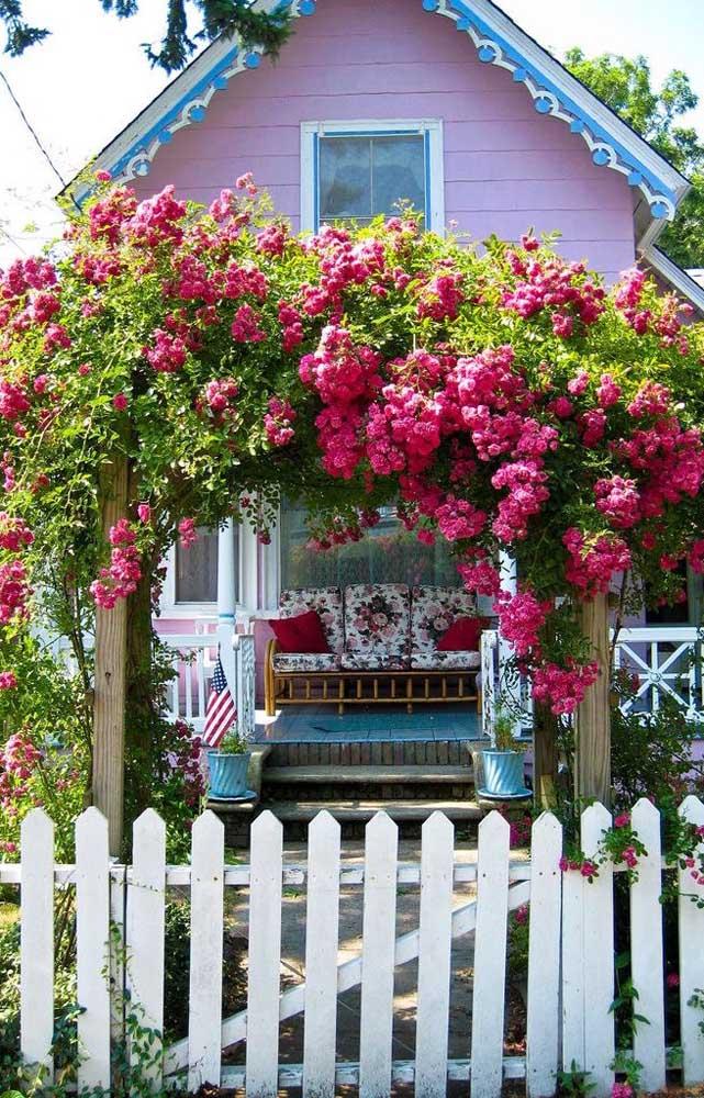 A cerca de madeira branca ficou linda na fachada da casa com estilo romântico e provençal
