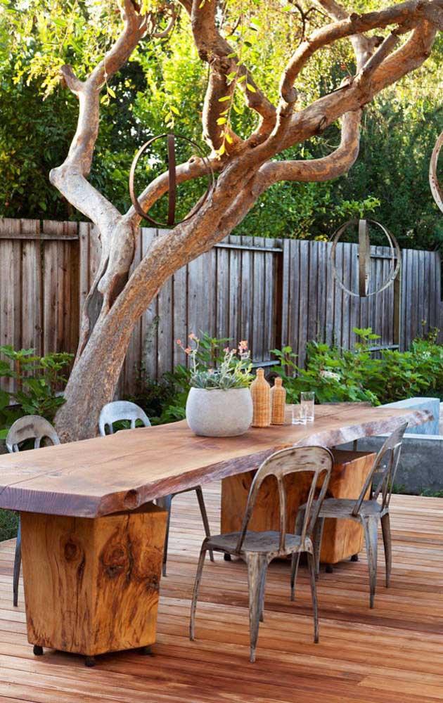 Uma área externa rústica e aconchegante, envolta pela cerca de madeira envelhecida