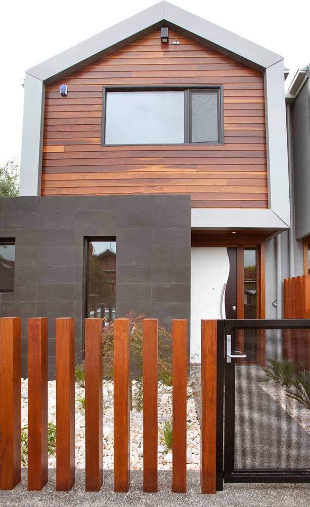 Cerca de madeira com ripas individuais, perfeita para projetos modernos