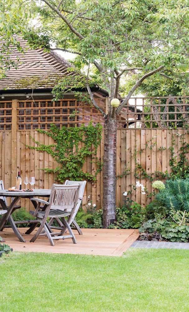 Uma inspiração romântica de cerca de madeira com plantas trepadeiras completando o visual