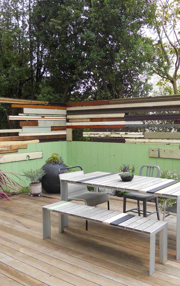 Uma inspiração moderna, contemporânea e irreverente para a cerca de madeira da área externa da casa