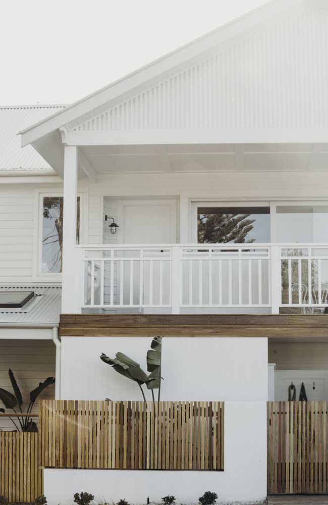 Opção de cerca de madeira simples para fachada da casa, com ripas mais finas e espaçamento menor, ideal para garantir mais privacidade