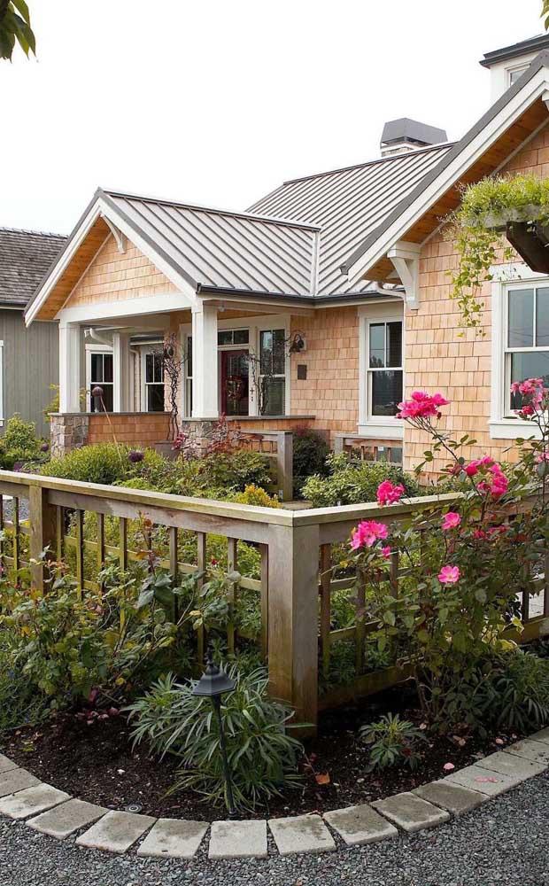 A cerca de madeira dessa casa trouxe um formato quadricular nas ripas bem diferenciado