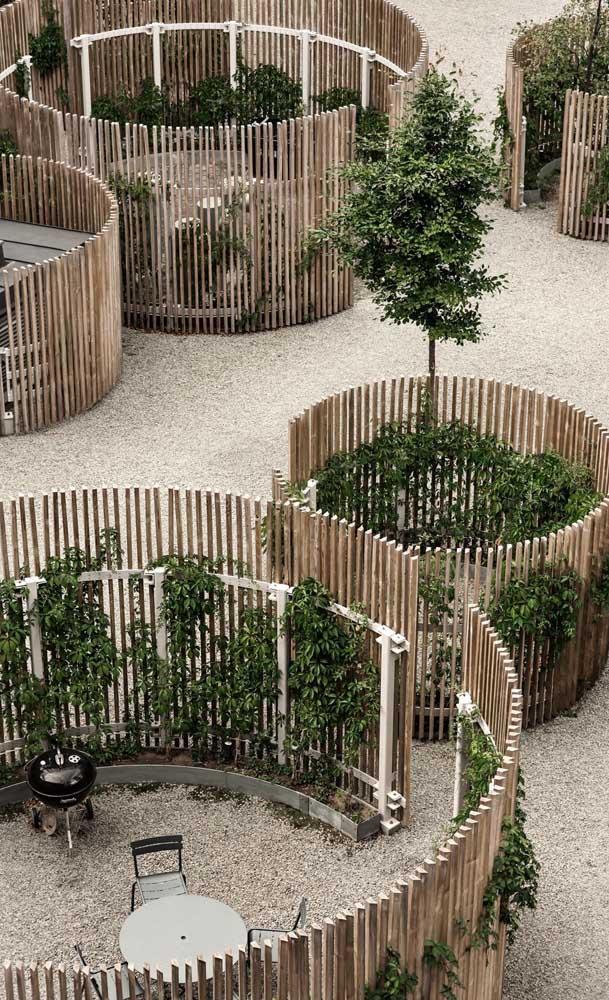 Inspiração linda e muito diferente de jardim demarcado com cercados de madeira redondos